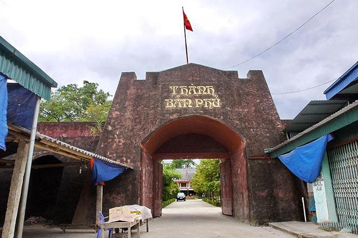 Thành Bản Phủ nằm ở xã Noong Hẹt, huyện Điện Biên
