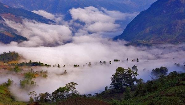 Tầng mây trôi lững lờ bao phủ toàn bộ bản làng bên dưới