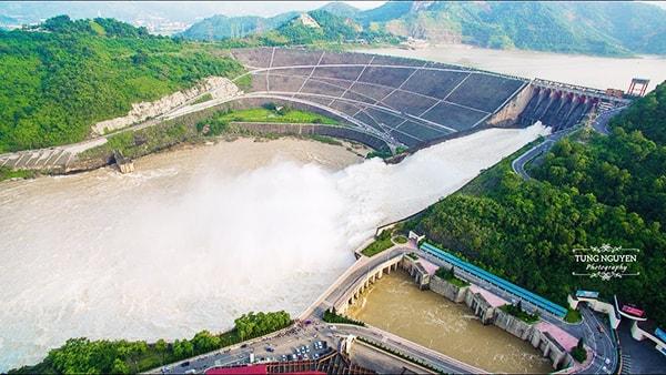 Các đập nước khổng lồ trên con sông Đà