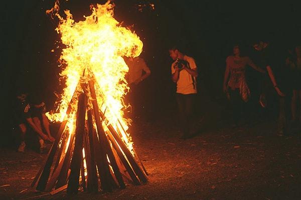 Cùng vui đùa, nhảy múa bên lửa trại