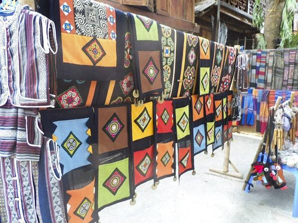 Các sản phẩm thổ cẩm của người dân được bày bán
