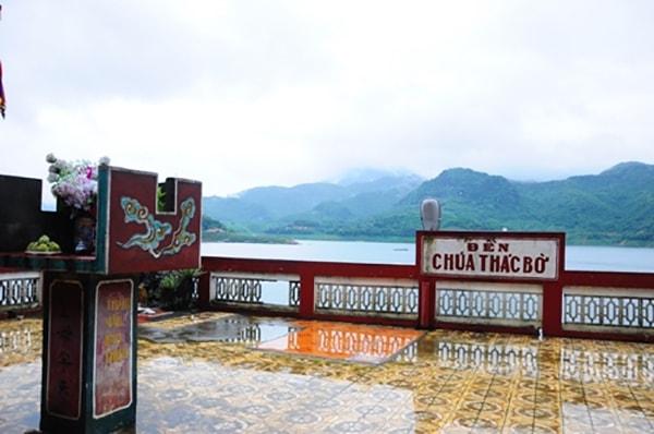 Từ cổng vào đền bạn có thể nhìn ngắm được toàn bộ khung cảnh của hồ Thung Nai