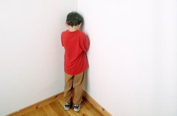 Thời gian đứng góc tường giúp con suy nghĩ lại việc mình đã làm