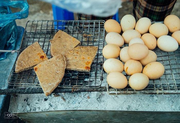 Bánh tam giác mạch là đặc sản khá nổi tiếng ở Hà Giang