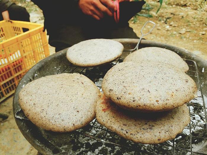 Đắc sản bánh tam giác mạch Hà Giang