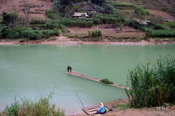 Trải nghiệm đi bè để Vượt sông Nho Quế