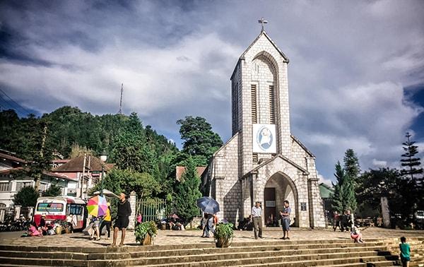 Tham quan nhà thờ đá khi đi Phượt ở Sapa