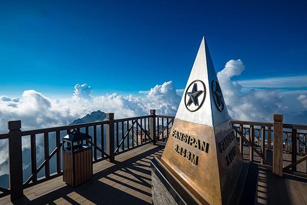 Chinh phục đỉnh Fansipan là trải nghiệm không thể thiếu khi đi phượt Sapa