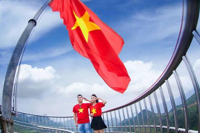 Lá cờ đỏ sao vàng trên nóc cột cờ Lũng Cú