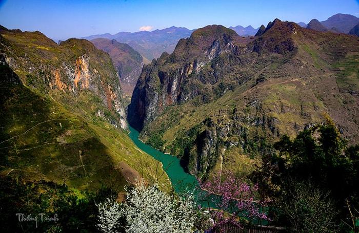 Sông Nho Quế trong xanh vào tháng 4