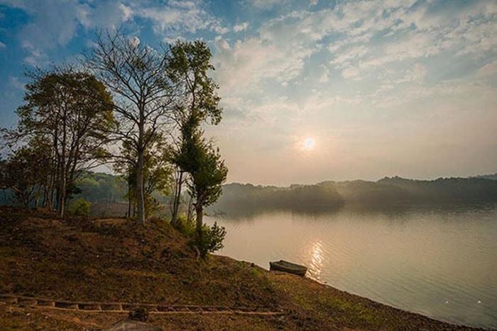 hồ nước, mặt đất, cây xanh