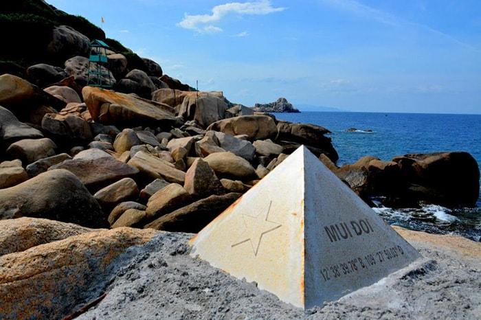 Cột mốc tọa độ ở cực Đông