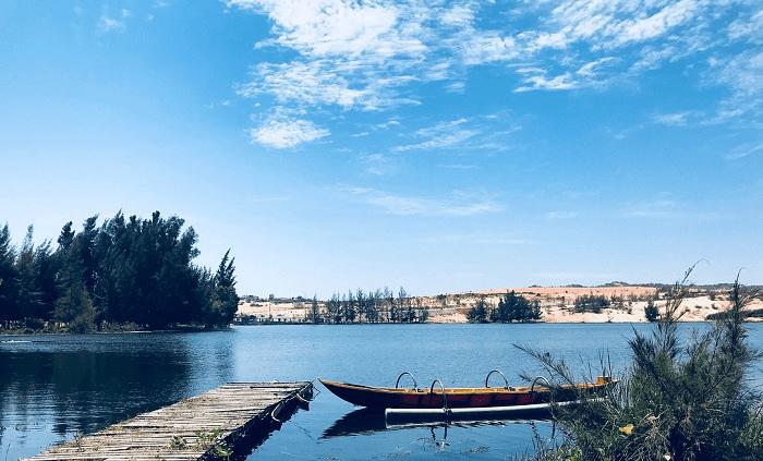 Hồ nước tuyệt đẹp ở Bàu Trắng