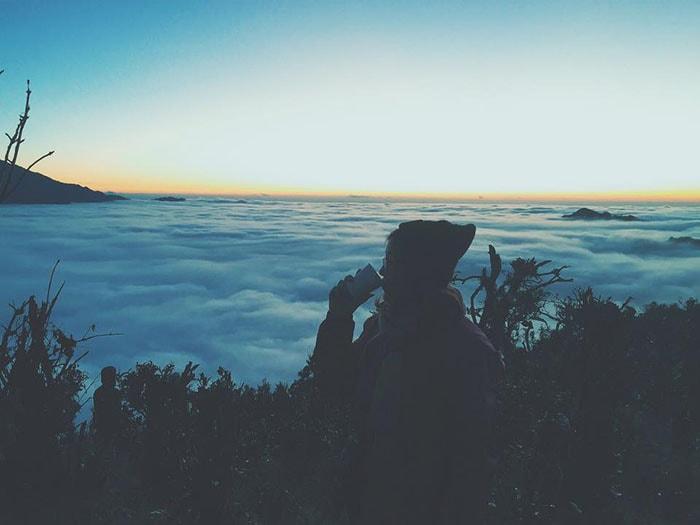 Uống cafe trên đỉnh Tà Xùa buổi sáng