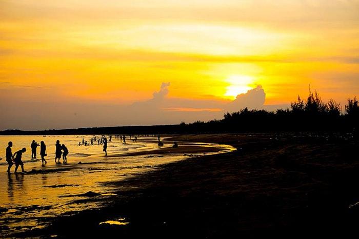Hoàng hôn trên bãi biển Cam Bình hoang sơ