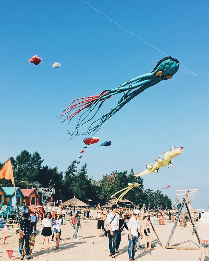 Thả diều trên bãi biển Cam Bình