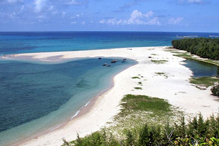 Bãi tắm Tân Hải hay còn gọi là bãi Dinh