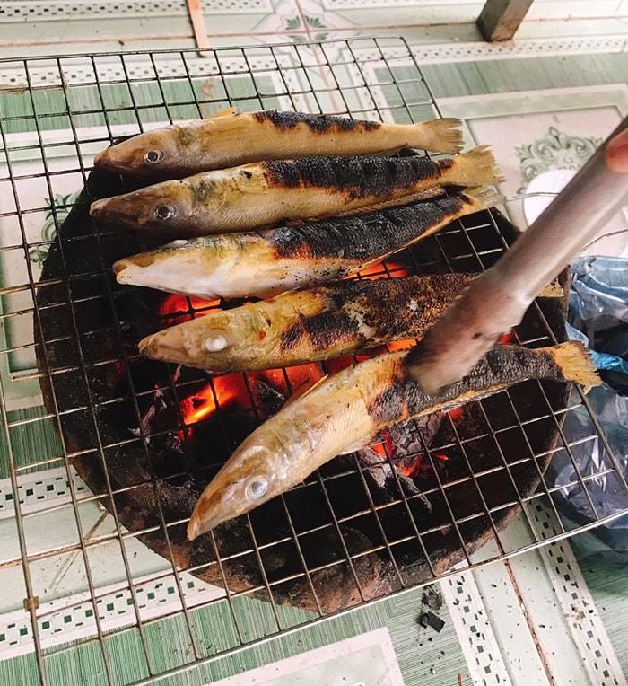 Cá đục nướng trên bếp than