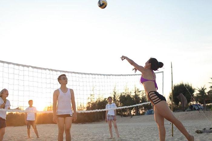Chơi bóng chuyền trên bãi biển Coco beach