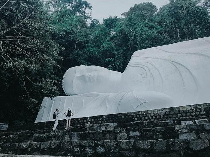 Tượng phật nằm ngủ trên đỉnh núi Tà Cú