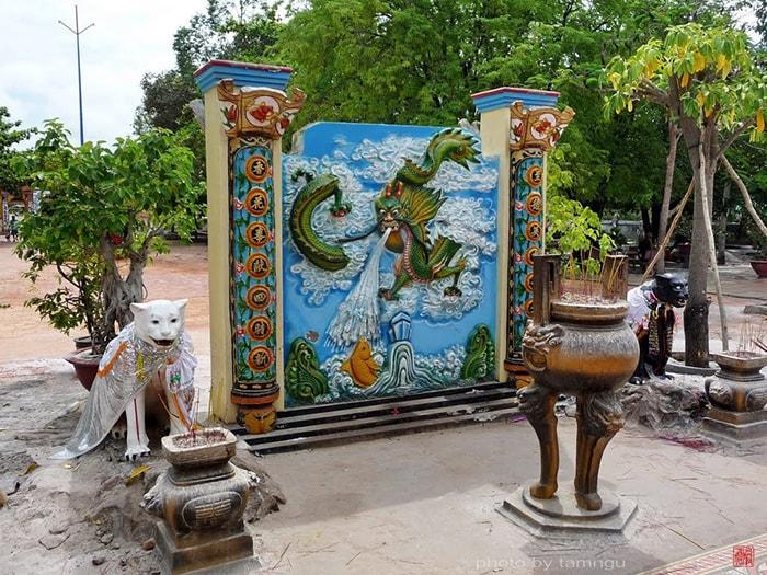 Đôi Hắc - Bạch hổ trong khuôn viên Dinh Thầy Thím
