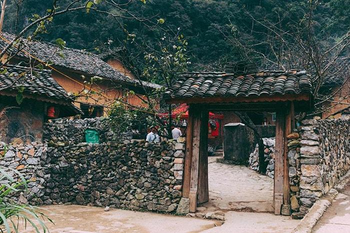 Cổng vào nhà của Pao