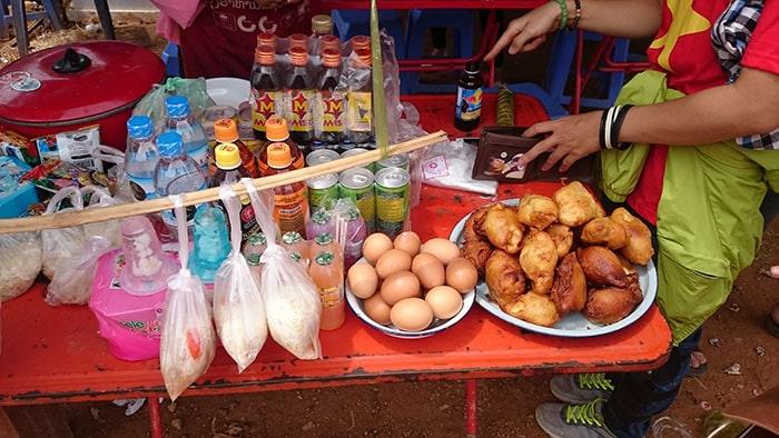 Đồ ăn ở chợ Lào, bên kia cửa khẩu Lóng Sập