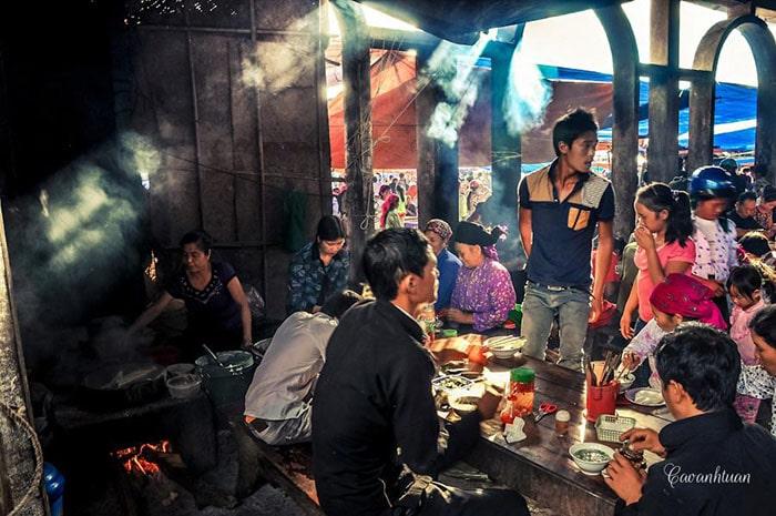 Ăn sáng ở Chợ phiên Phố cổ Đồng Văn