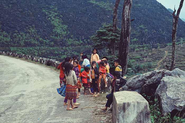 Những đứa trẻ trên đường