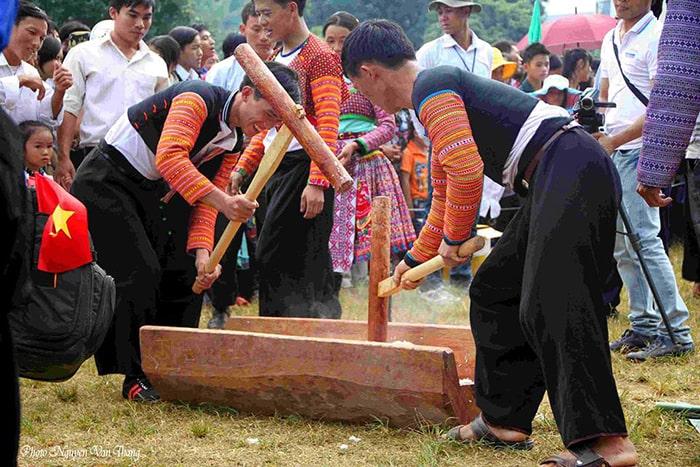 Giã bánh giày trong ngày Tết Độc lập ở Mộc Châu