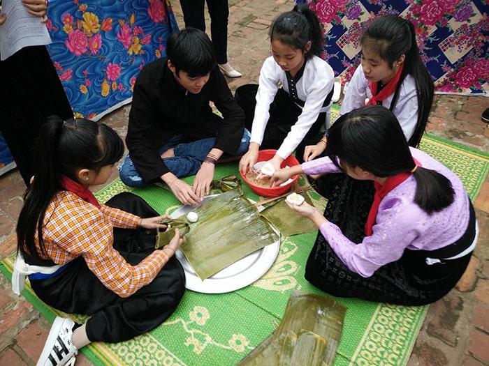 Trẻ em làm bánh trong ngày Tết Xíp Xí của người Thái