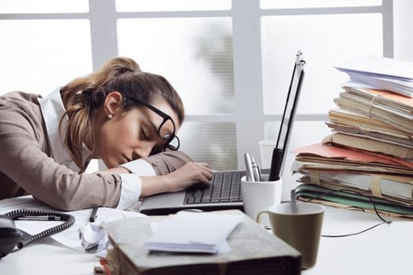 Nằm gục ngay tại bàn làm việc của mình để có một giấc ngủ ngắn