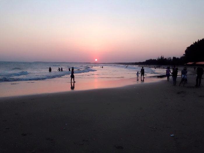 Bình minh trên bãi biển Cam Bình