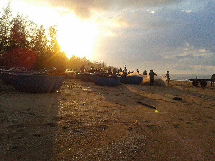 Các hoạt động của làng chài trên bãi biển Cam Bình