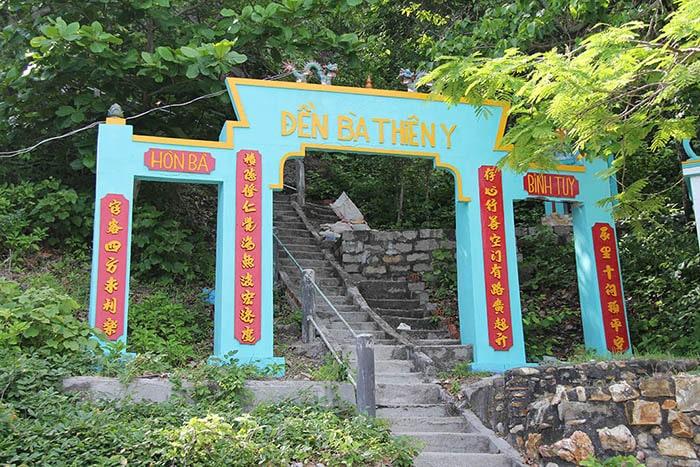 Cổng lên đền thờ nữ thần Thiên Y Ana