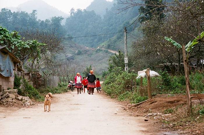 Con đường dẫn vào bản Ba Phách