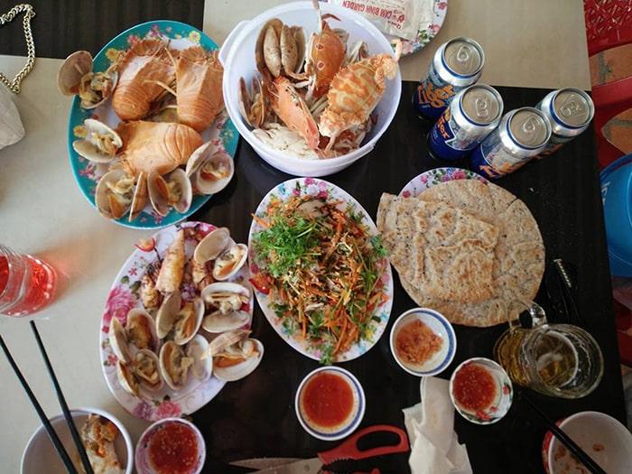 Hải sản trong nhà hàng ở bãi biển Cam Bình