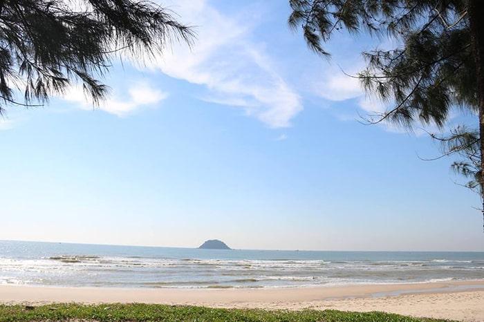Đảo Hòn Bà nhìn từ bãi biển LaGi