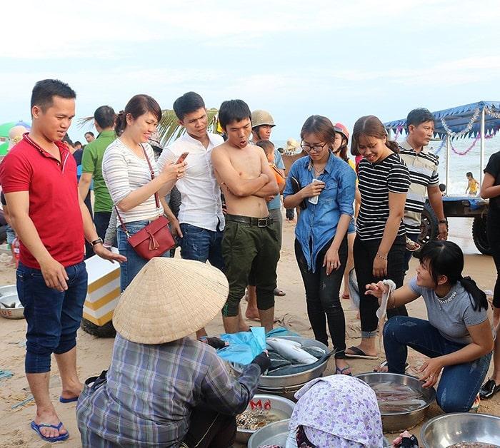 Mua hải sản ngay tại bãi biển Cam Bình
