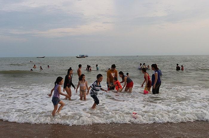 Tắm biển Cam Bình