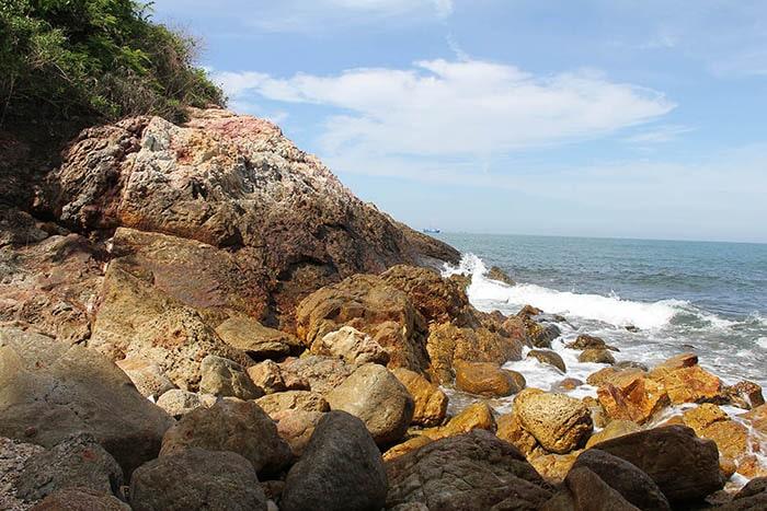Xung quanh đảo Hòn Bà toàn là đá