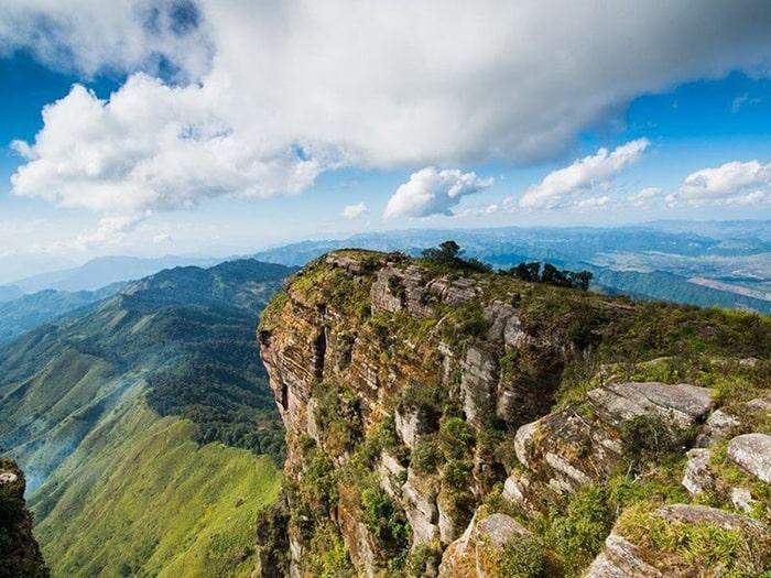 Đường biên giới rừng Việt Lào nhìn từ đỉnh Pha Luông