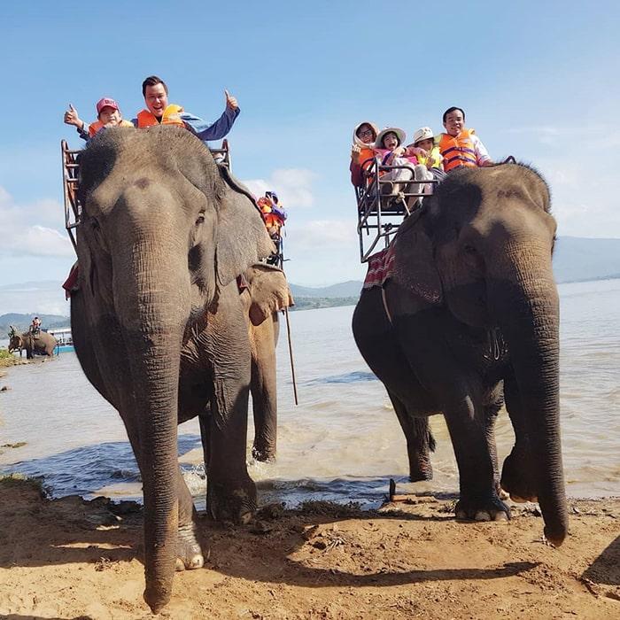 Cưỡi voi vượt hồ Lắk cũng là một trải nghiệm rất thú vị
