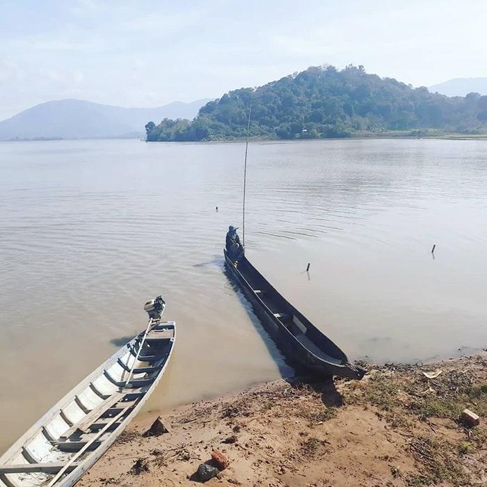 Những chiếc thuyền độc mộc của người dân trên Hồ Lắk