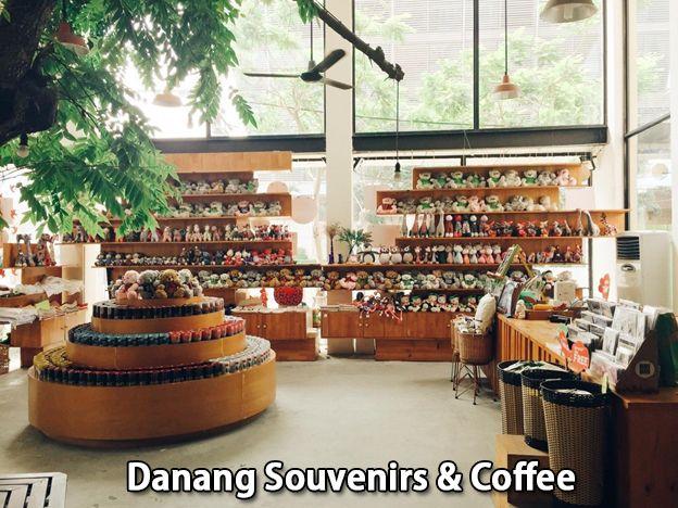 Một góc nhỏ bán đồ lưu niệm của Danang Souvenirs & Coffee