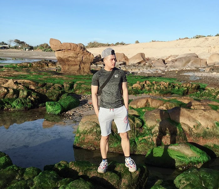 Bãi biển Cổ Thạch mọc đầy rêu