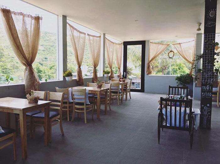 Không gian cafe, ăn uống ở trên sân thượng Happy Ride homestay