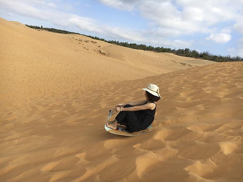 Đừng bỏ qua trò trượt cát tại đồi cát hồng Bình Thuận