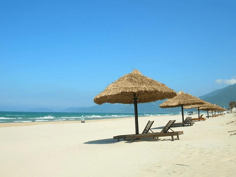 Biển Mỹ Khê nước biển xanh, cát trắng phau là một trong những thiên đường vui chơi tại Đà Nẵng