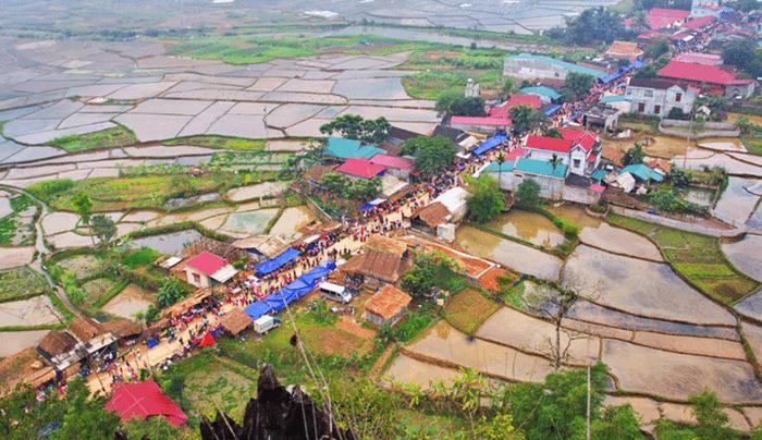 Khu vực chợ phiên Phố Đòn trên cả đoạn đường dài